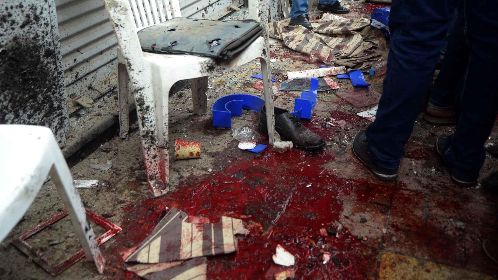 Restos de sangre tras el atentado en la catedral de San Marcos de Alejandría.