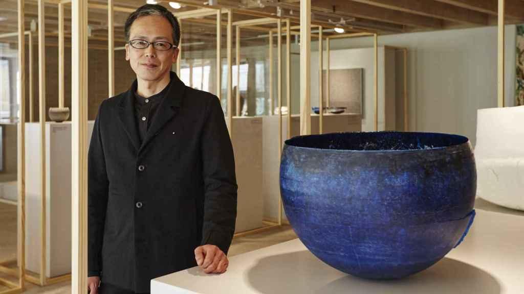Yoshiaki Kojiro con su obra Structural Blue. | Foto: Loewe.