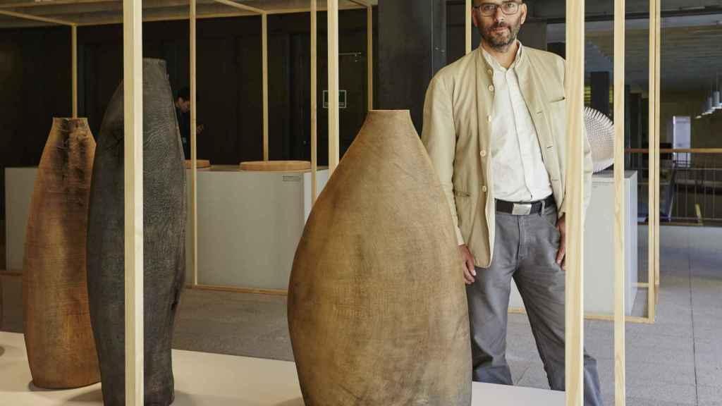 Ernst Gamperl con su obra Tree of Life 2. Foto: Loewe.