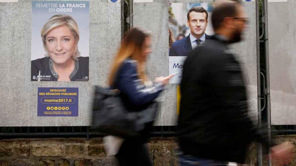 Carteles de propaganda electoral de Le Pen y Macron en París.