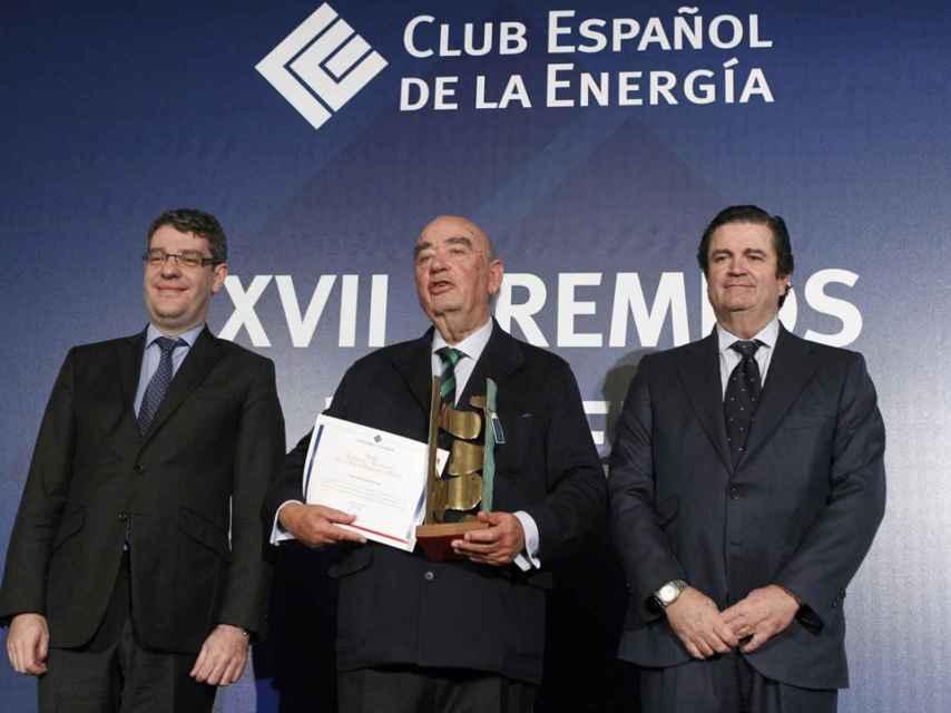 José Lladó, presidente de Técnicas Reunidas, flanqueado por el ministro de Energía, Álvaro Nadal, y el presidente del Club Español de la Energía y de Endesa, Borja Prado, galardonado con el último Premio Energía y Sociedad.