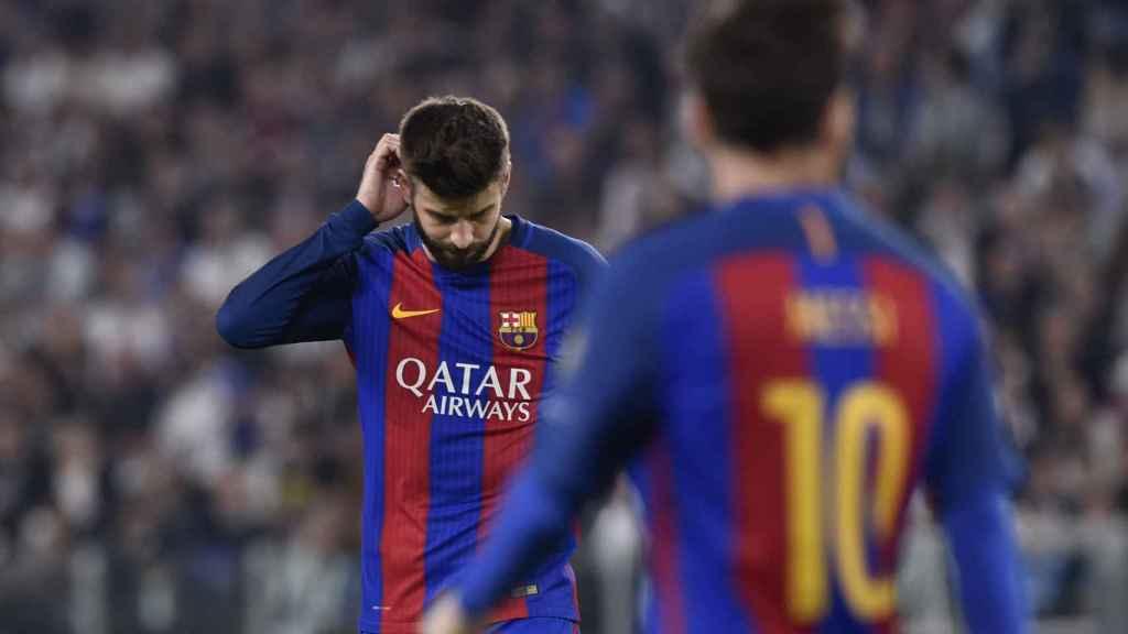 Gerard Piqué y Leo Messi, de espaldas, al final del encuentro en el Juventus Stadium. / Reuters