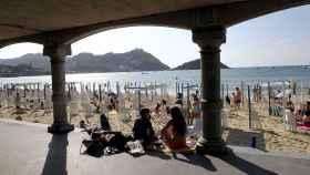 Varios turistas en una playa de San Sebastián.