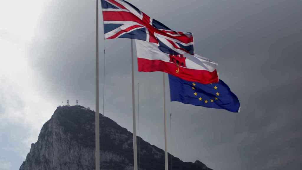 Las banderas de Gibraltar, Reino Unido y la UE ondean en la frontera del Peñón