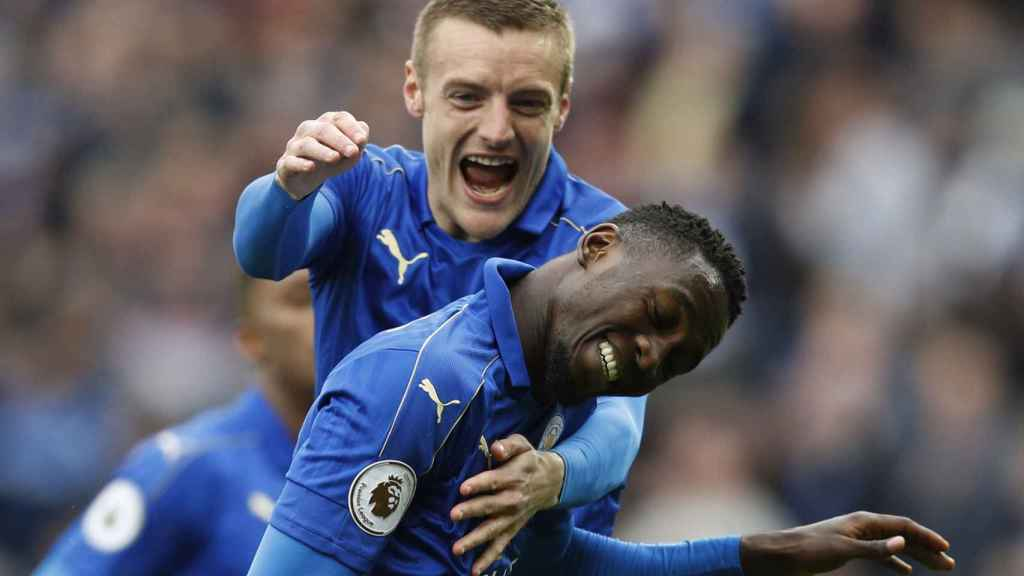 Ndidi celebra un gol junto a Vardy.