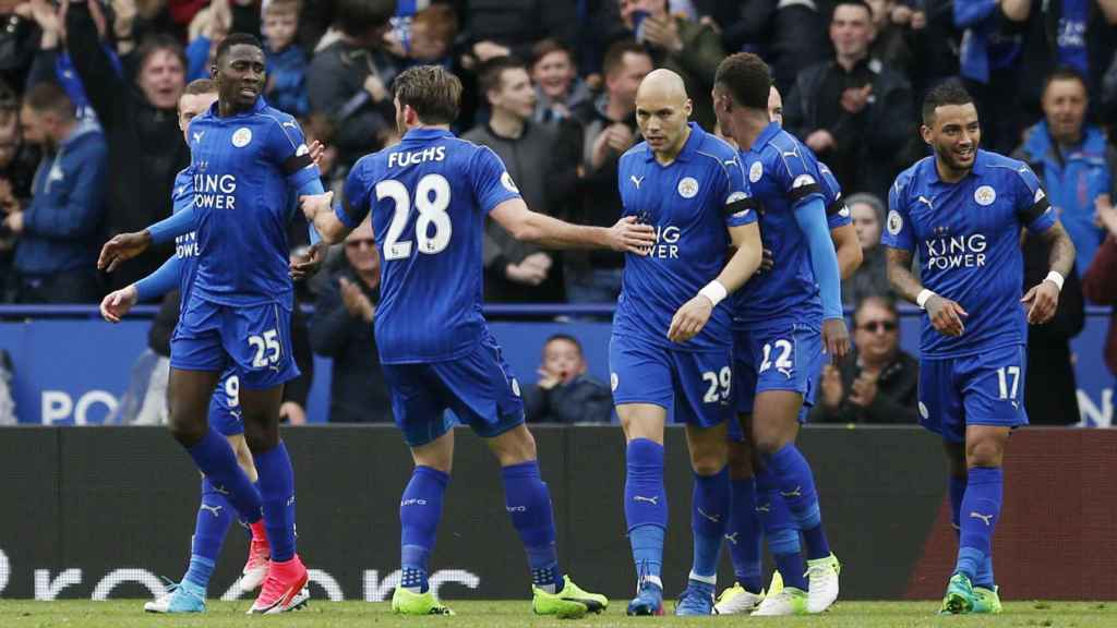 Ndidi celebra un gol. con  el Leicester.