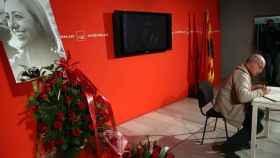 l presidente de Catalunya Sí Que Es Pot, Lluís Rabell, firma en la sede del PSC de Barcelona, en el libro de condolencias en memoria de la exministra socialista Carme Chacón,