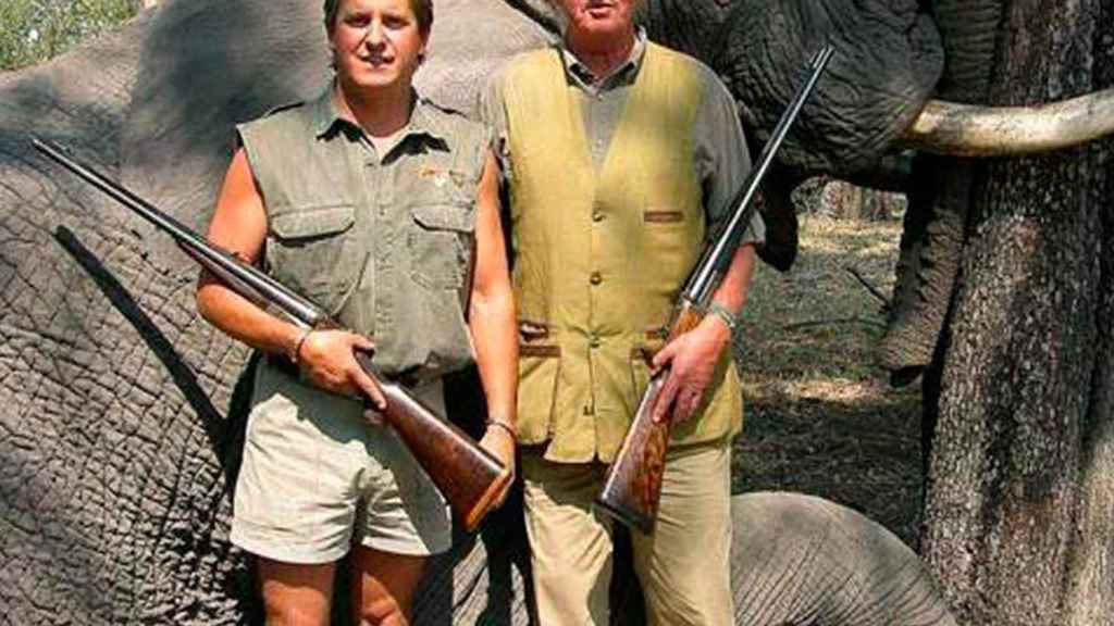 El rey Juan Carlos, tras cazar un elefante.