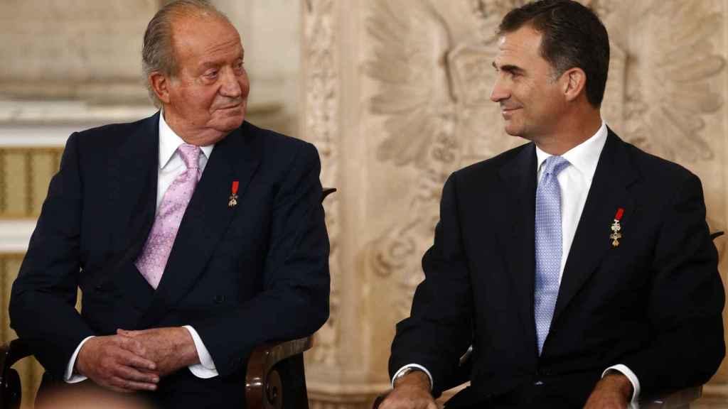 El rey Juan Carlos y el rey Felipe, el día de la abicación del primero.
