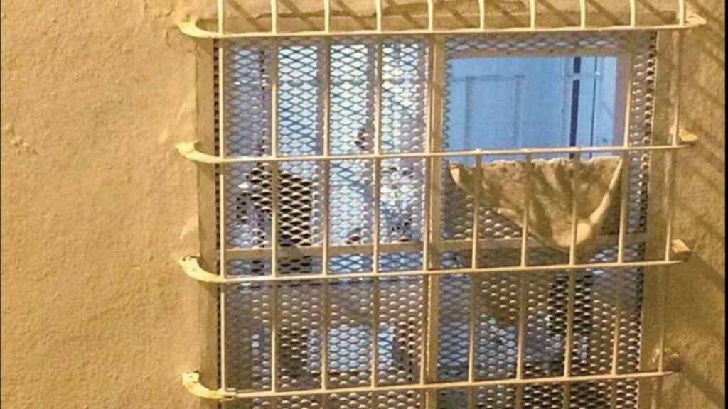 Imagen enviada por Matos a EL ESPAÑOL mostrando cómo quedo la ventana de su celda.