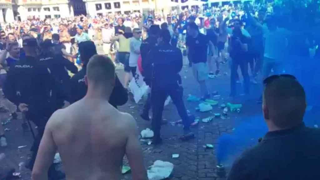 Los ultras del Leicester la lían en la Plaza Mayor.