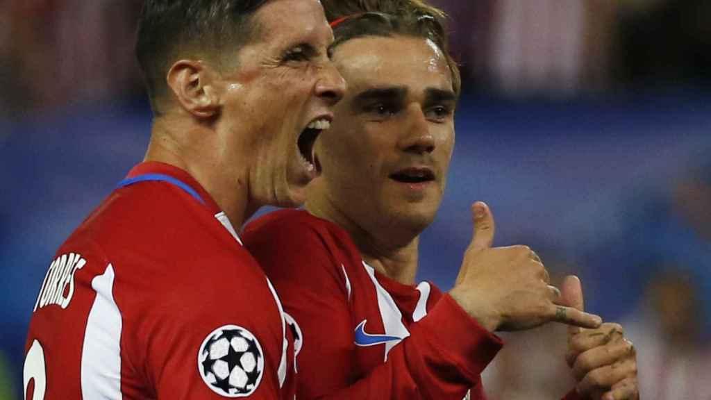 Torres celebra junto a Griezmann el único gol del partido contra el Leicester.