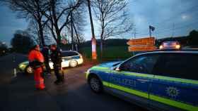 La Policía alemana en el lugar del ataque al autobús del Dortmund.