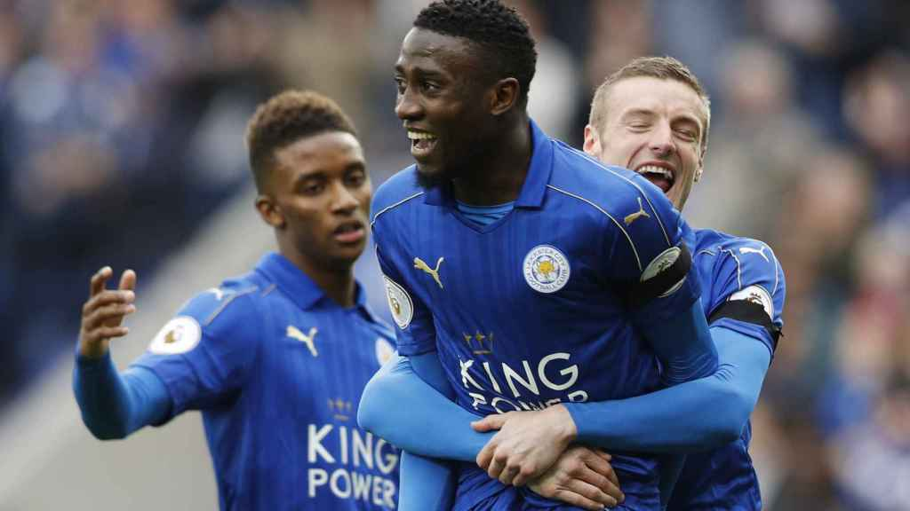 Ndidi celebra un gol con el Leicester.