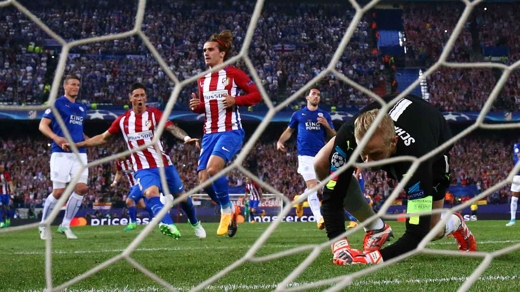 Kasper Schmeichel no pudo hacer en el penalti del delantero del Atlético. / Reuters