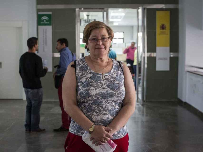 María José Segovia, delante las oficinas del Servicio Andaluz de Empleo de Arcos de la Frontera, no reside junto a su marido y sus tres hijos, todos ellos desempleados; sólo su esposo trabaja en la familia.