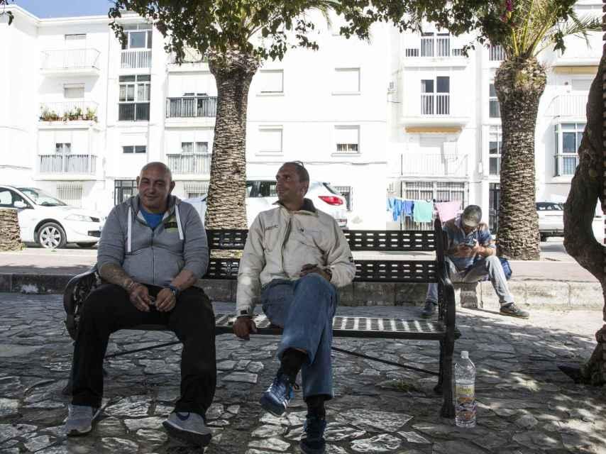 Juan, al que encontramos en una plaza de Vejer junto a otros desempleados, asegura que muchos de los trabajos que se ofrecen en su pueblo son sin dar de alta en la Seguridad Social.