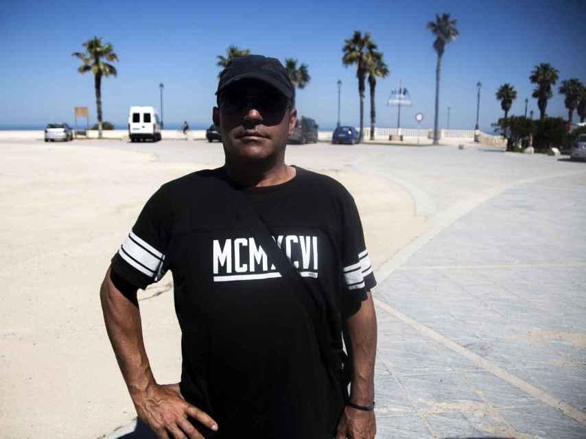 José Manuel, que durante toda su vida ha trabajado como camarero en bares de Chipiona, ahora es aparcacoches de turistas.