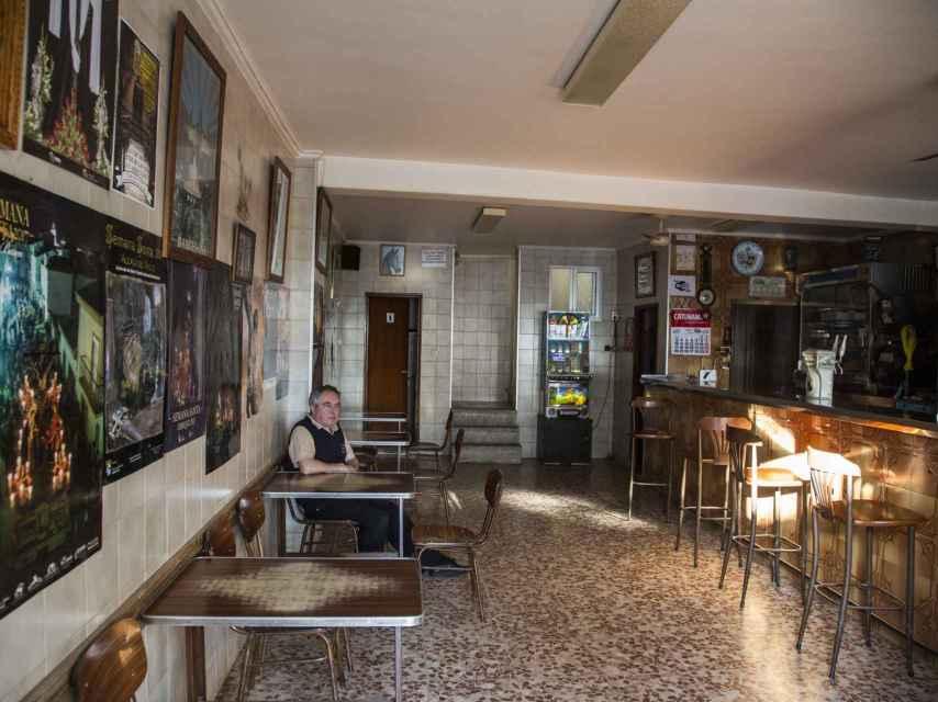 Manuel Alvarado apenas tiene clientela en su bar, en el que trabaja desde hace 33 años.