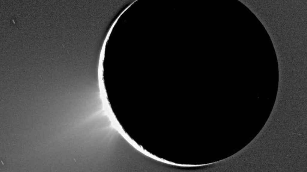 Abajo a la izquierda pueden observarse las eyecciones de gas en Encélado.