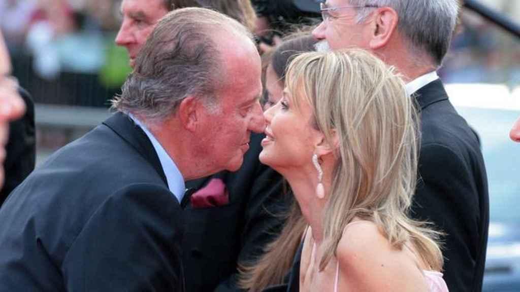 El Rey emérito Juan Carlos I saluda a Corinna.