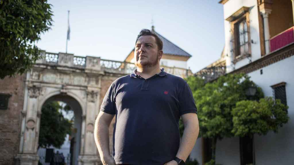Agustín Israel, artista plástico y gestor cultural frente a la Casa Pilatos.