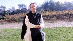 El padre Lluc Torcal, en los exteriores del monasterio.