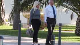 Enrique Cerezo camina por el exterior del centro hospitalario en el que está ingresada su madre.