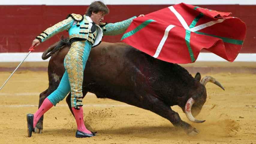 El matador sevillano Antonio Barrera torea con ikurriña, en Donostia, en 2012.