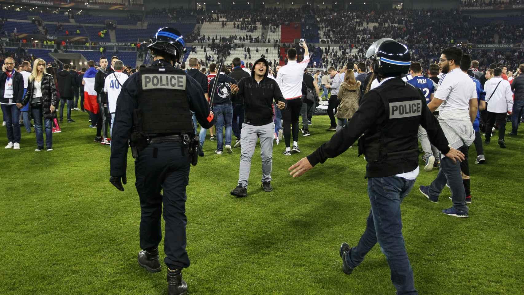 La policía en el estadio del Lyon.