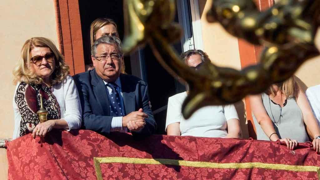 El ministro del Interior, Juan Ignacio Zoido sigue una procesión el Miércoles Santo en Sevilla.