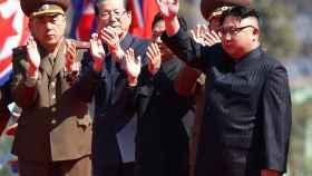 El líder norcoreano, Kim Jong Un, saluda al inicio de un acto