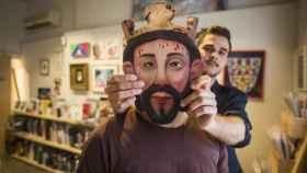 Manuel Zapata, colocando a un amigo una 'careta' con la imagen de un cristo