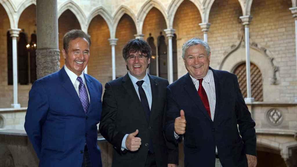 Carles Puigdemont, con los congresistas de EEUU Brian Higgins (i) y Dana Rohrabacher (d).