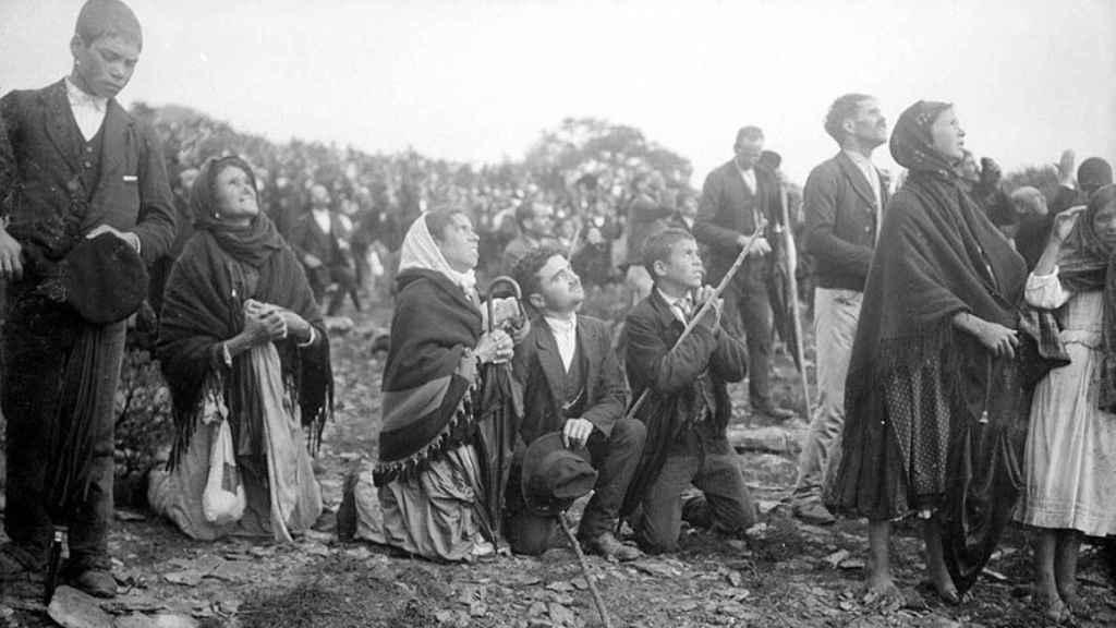 Los asistentes se arrodillaban ante el milagro del sol, el 13 de octubre de 1917