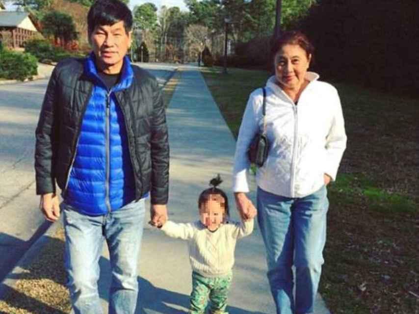 David Dao junto a su mujer y una de sus nietas.