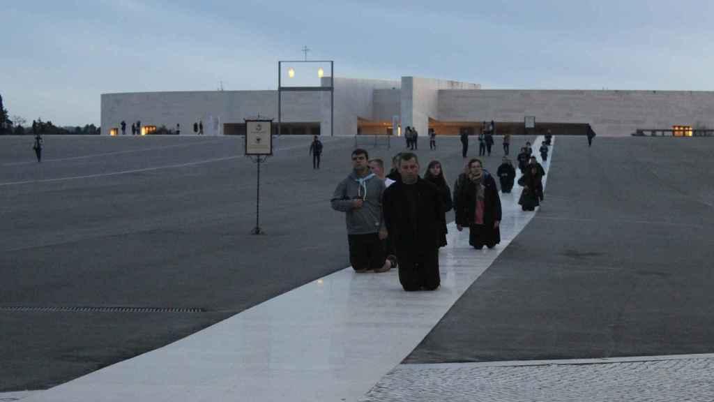 Largas hileras de peregrinos bajan la explanada del santuario arrodillados