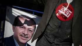 Un votante del 'sí' ondea una bandera con la imagen del presidente Erdogan.