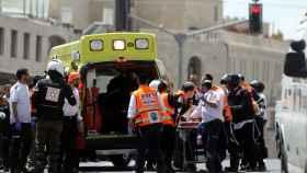 Personal médico atiende a la mujer apuñalada en el tranvía de Jerusalén.