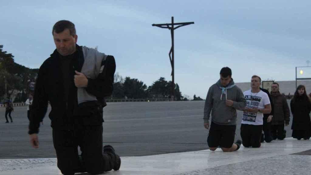 Los peregrinos se arrodillan y avanzan así 184 metros en el Santuario de Fátima