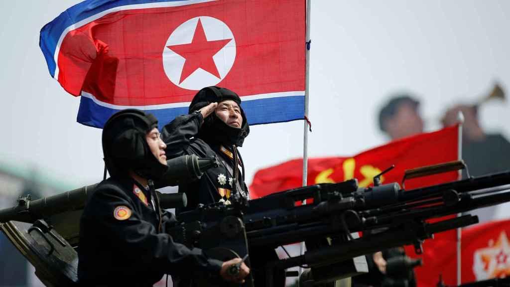 Corea del Norte exhibe músculo militar bajo la mirada de Trump