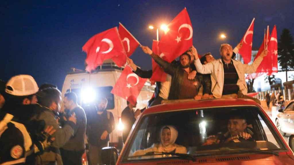 Estambul celebró con efusividad el triunfo del Sí.