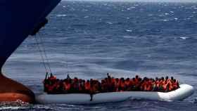 Una de las lanchas neumáticas rescatadas este domingo en el Mediterráneo Central.