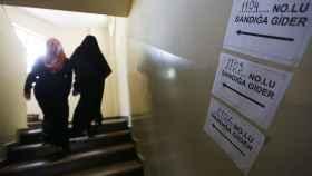 Dos mujeres acceden a un colegio electoral durante el referéndum de este domingo.