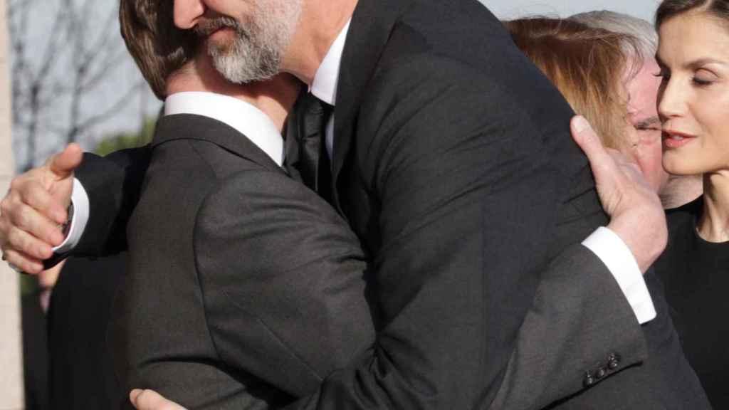 Felipe VI abraza a Pedro Borbón Dos Sicilias.