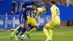 Roberto Soriano e Ibai Gómez pelean por la pelota.