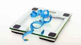 Báscula o cinta métrica, todo sirve para saber si pierdes peso.