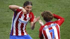 Filipe Luis y Griezmann celebran un gol con el Atlético.