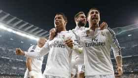 Cristiano, Ramos y Carvajal celebran un gol en el Bernabéu.