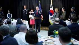 Mike Pence discutirá sobre Corea del Norte en Seúl, donde se encuentra de visita oficial.